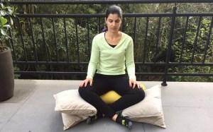 Simone ensina posição para grávida relaxar