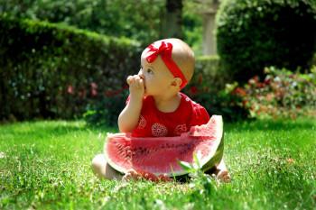 Foto de menina comendo melância