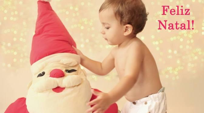 Menino com boneco do Papai Noel.
