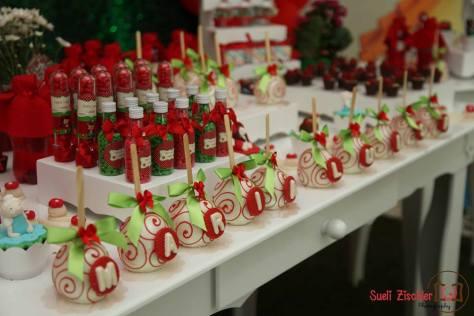 Decoração com doces personalizados para festa no tema Chapeuzinho Vermelho