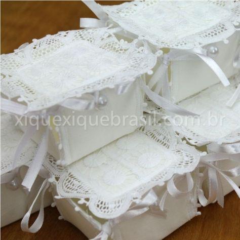 Lembrancinha para batizado: caixa com Renda Renascença: caixa para porta doce bem casado
