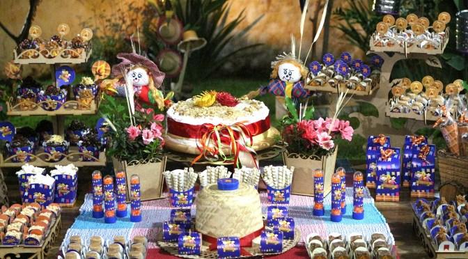 Aniversário no tema Festa Junina: como fazer uma mesa de doces especial (gastando pouco!)