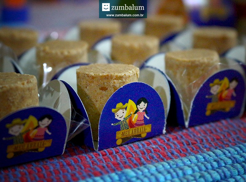 Paçocas em forminhas no tema para festa junina infantil