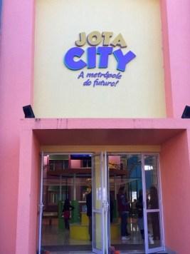 Entrada principal na Jota City - A Metrópole do Futuro