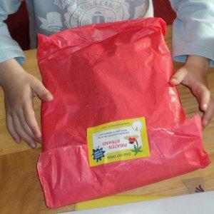 das roteste, grösste, schwerste Paket wird gleich als erstes geöffnet