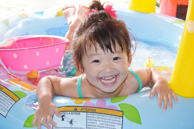 1歳半でプールデビュー?時間の目安や赤ちゃんとのプールの注意点とは?