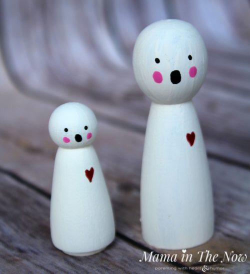 How to make friendly Halloween ghost wooden peg dolls. Adorable not-so-spooky kid-friendly Halloween decorations.
