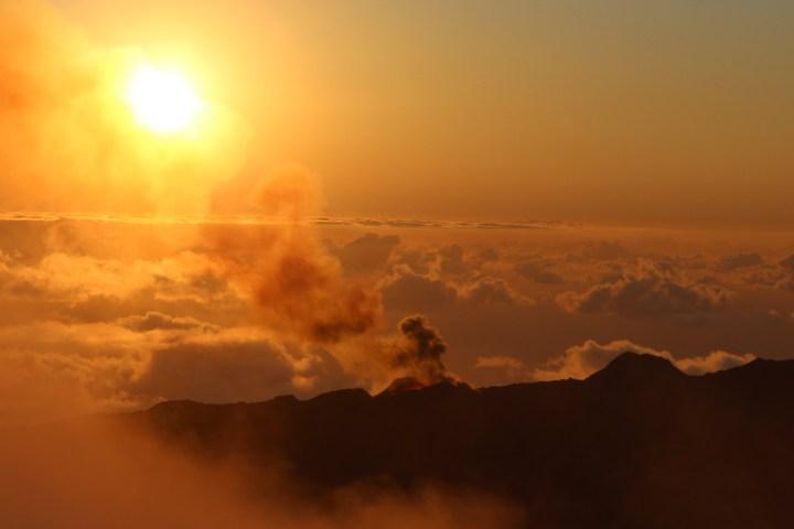 Lever du jour sur un volcan en éruption …
