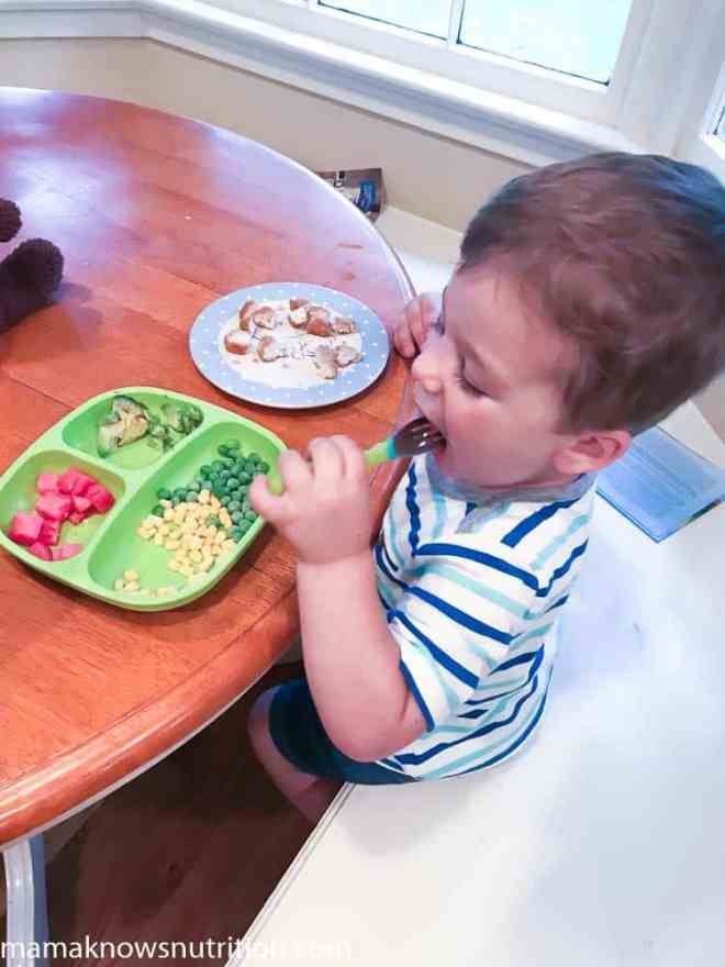 toddler-eating-dinner