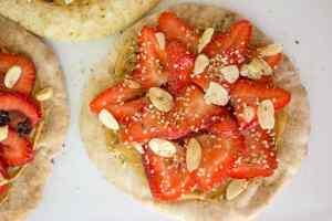 trail mix pita pizza | mamaknowsnutrition.com