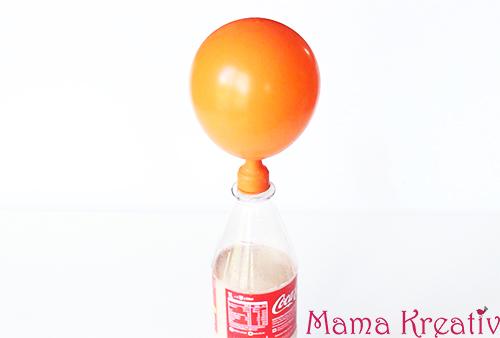 luftballon ohne hände aufpusten aufblasen mit flasche essig natron