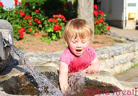 Sommer Kinder am Brunnen
