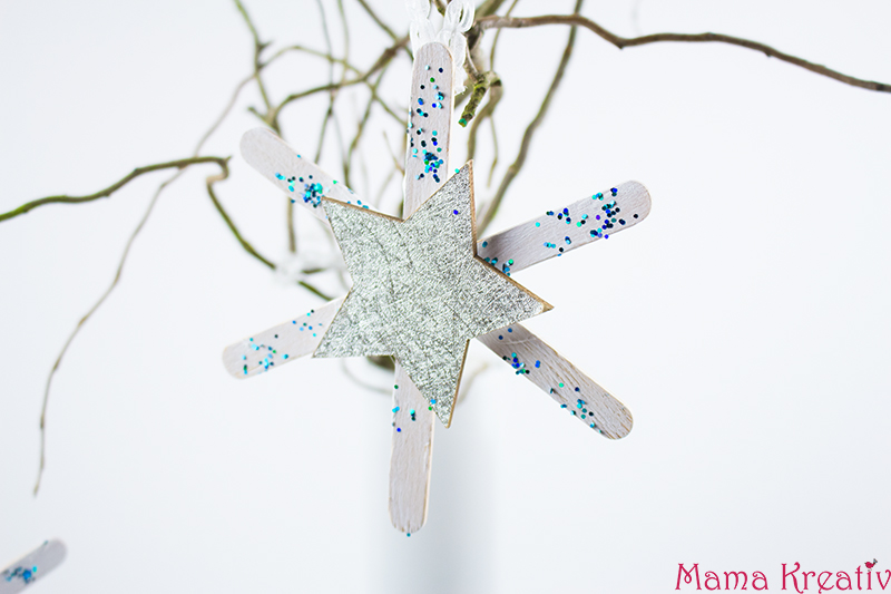 Weihnachtsbaumschmuck basteln: Schneeflocken aus Eisstielen