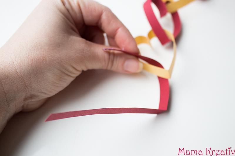 Basteln mit Kindern zum Valentinstag Kindergarten Herz Karte (13)