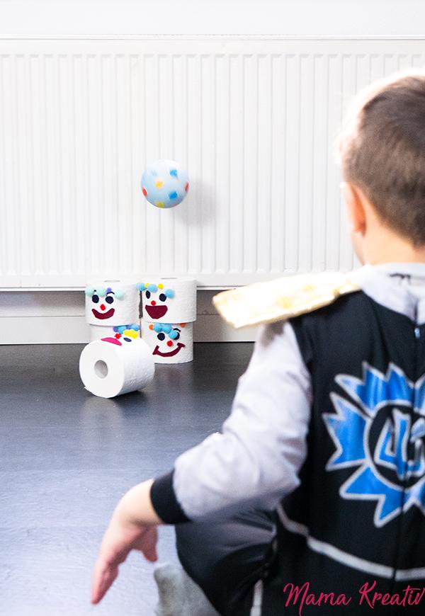 Basteln Fasching - Bowling-Spiel aus Klorollen basteln - Spiele und Bastelideen für Fasching - Basteln mit Kindern - DIY Spiele selber machen