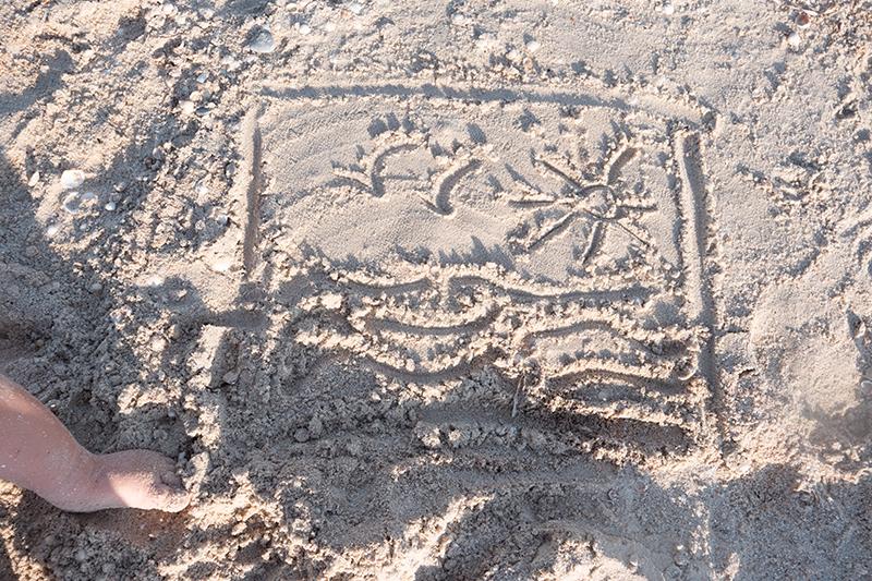 Strandspiele für Kinder: schnell und einfach. Spiele für den Strand. Sandburg bauen, mit Sand spielen.