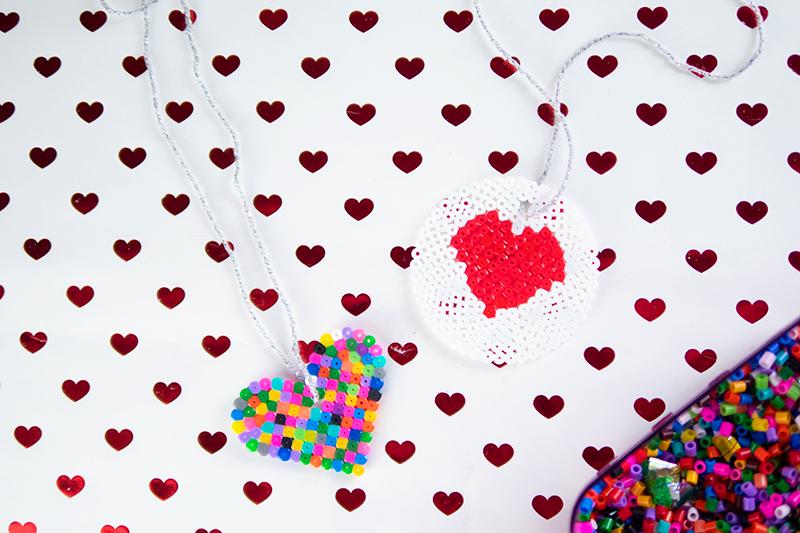 Geschenk mit Kindern basteln: Anhänger aus Bügelperlen