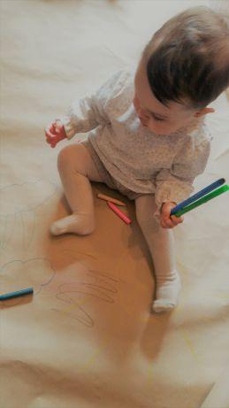 Victoria coloreando con esta idea barata para entretener a tus hijos