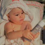 Victoria analizando su crema del culete