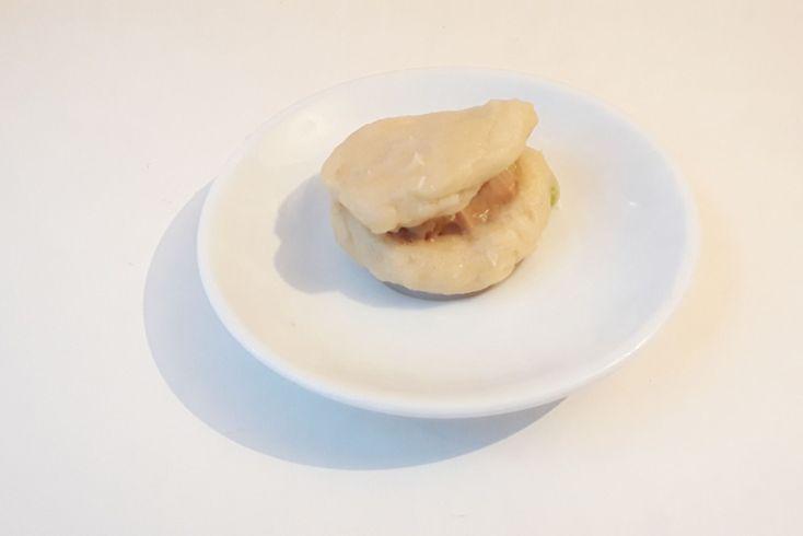 Galletas con Lacasitos rellenas de mantequilla de maní.