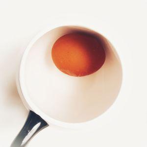 Huevo cubierto de agua en una taza.