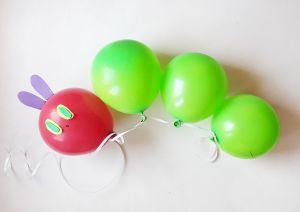 Oruga hecha con globos.