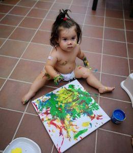 Nora pintando.