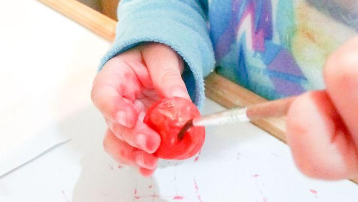 Victoria pintando bellotas.