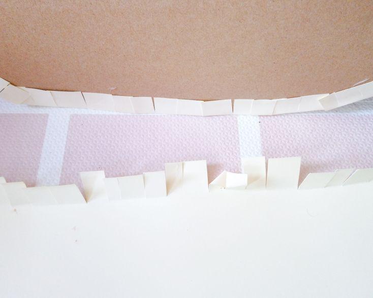Unir las dos siluetas pegando las pestañas de la cartulina al cartón.