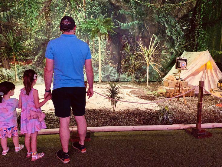 Papálowcost y las nenas viendo la excavación