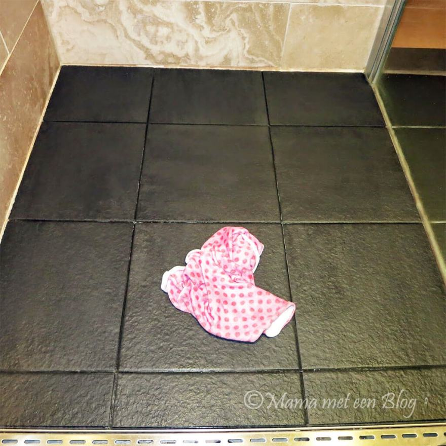 Tip: Donkere badkamertegels met witte aanslag reinigen mamameteenblog.nl
