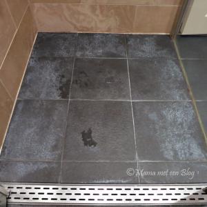 donkere badkamertegels met witte aanslag reinigen, Badkamer