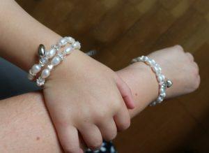 moeder en dochter armband hand Nola op mijn arm