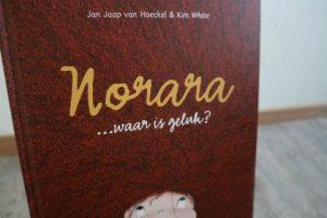 kinderboekenrecensie Norara.... waar is geluk? voorkant