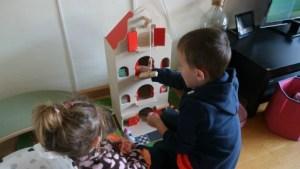 Review Amsterdams pakhuis van Reiger en de Raaf duurzaam houten speelgoed Luca en Nola spelen