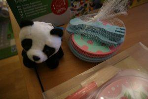 Nola kreeg veel cadeautjes met Sinterklaas. Veel leuke cadeautips voor een 3 jarig meisje. Close up gebaksbordjes