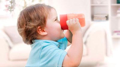 Hur man tar ett barn om 2 år från en flaska på natten