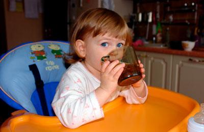 Bebé en 2 años bebidas de una botella.