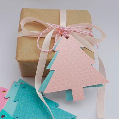 Hvor smuk til at pakke gaver til nytårsmeddelelsen på juletræet