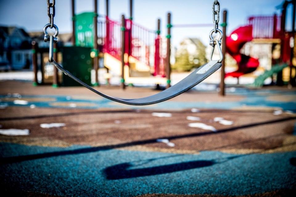plac zabaw dla dzieci, huśtwaka