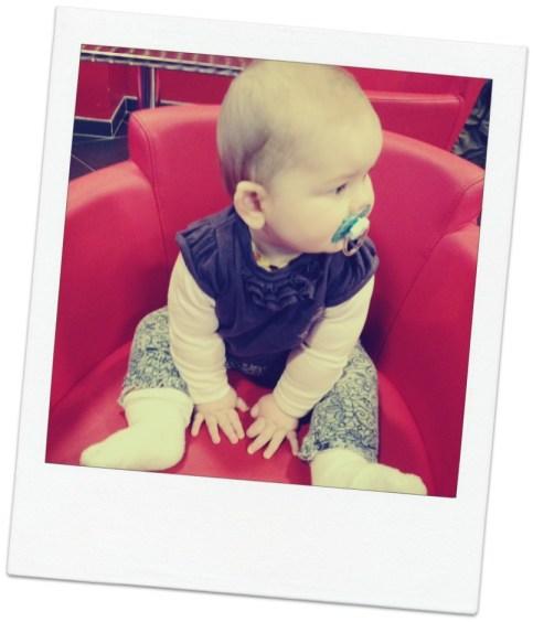 bébé habillé par papa