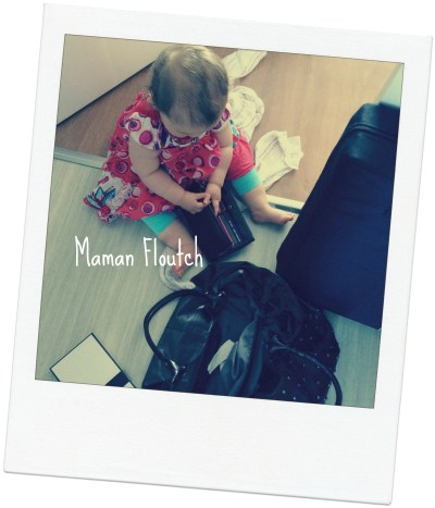bébé joue avec portefeuille
