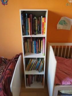 Le coin bibliothèque encastré entre les lits de BN et Rebelle.