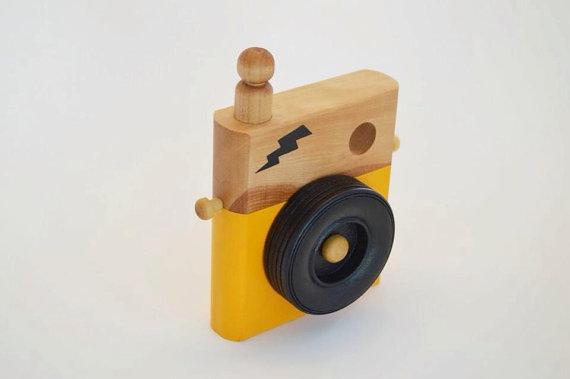 Appareil photo en bois pour faire semblant de prendre des photos de ses toutous ou de partir en safari! Mon 2 ans ½ l'aime beaucoup! Prix: