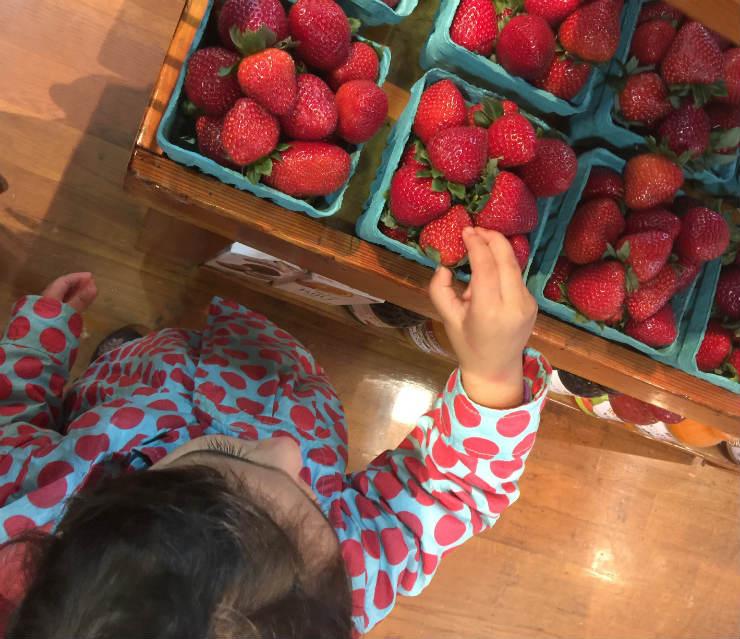 strawberry-syrup-via-mamanushkablog