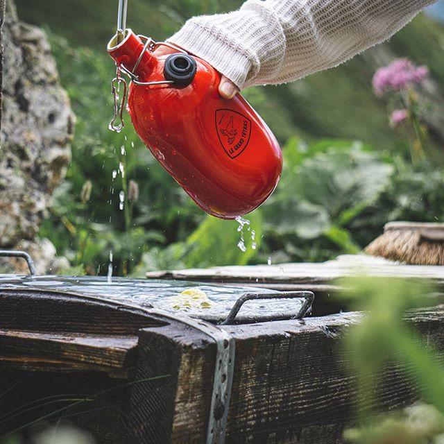 remplir sa gourde le grand tétras d'eau fraîche de la montagne