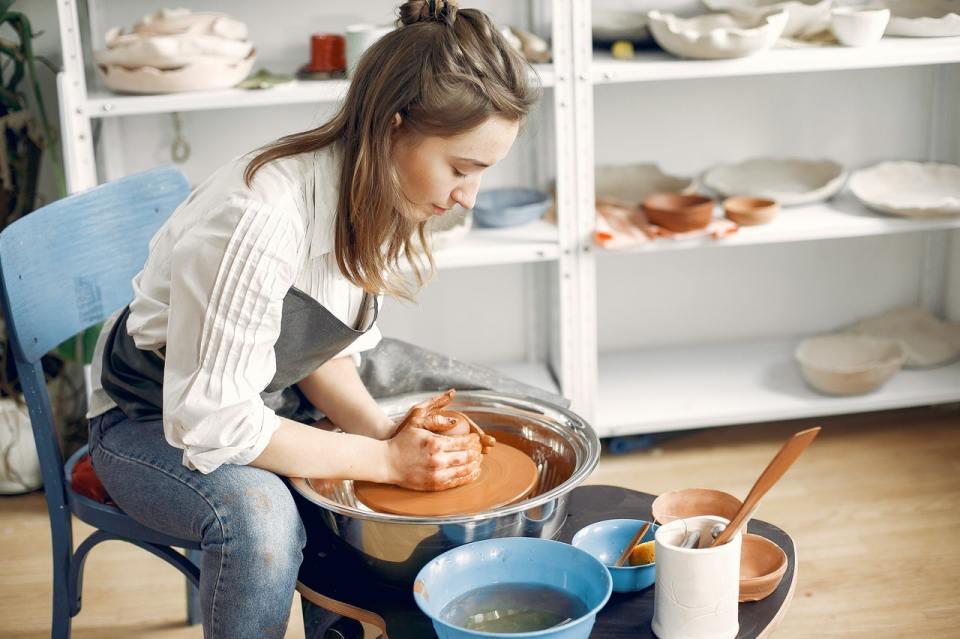idée cadeau éco-responsable, atelier poterie avec un artisan