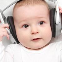 bebe slusanje muzike
