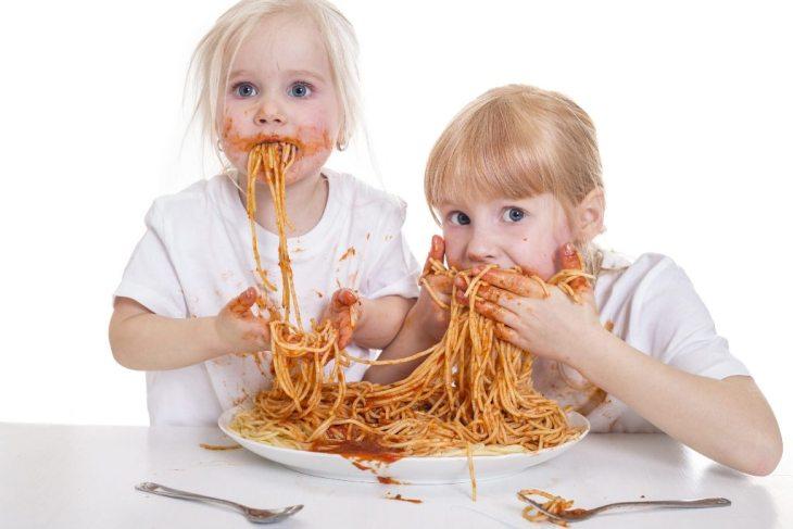 djeca jedu tjesteninu