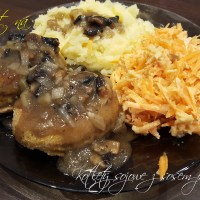Kotlety sojowe z sosem pieczarkowym podane z ziemniakami i surówką z marchwi i jabłka